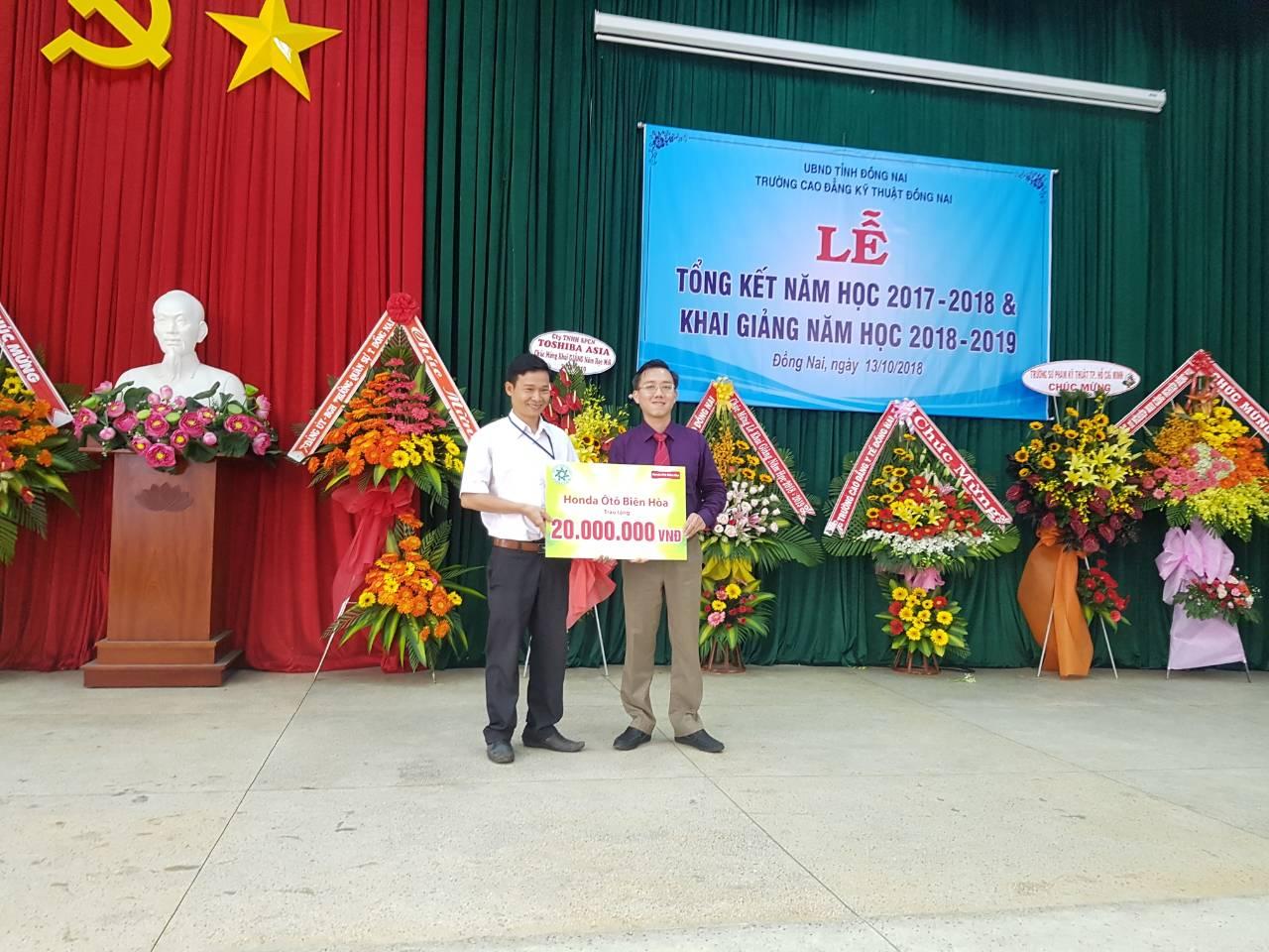 Honda Ô tô Biên Hòa trao quà cho trường CĐKT Đồng Nai