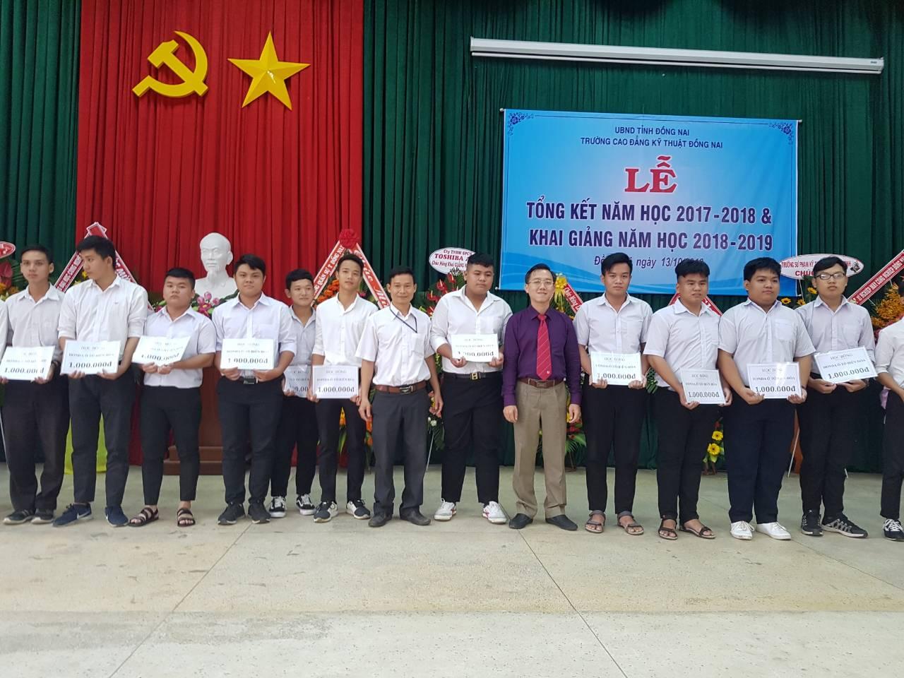 Honda Ô tô Biên Hòa trao quà khuyến học cho sinh viên trường CĐKT Đồng Nai.